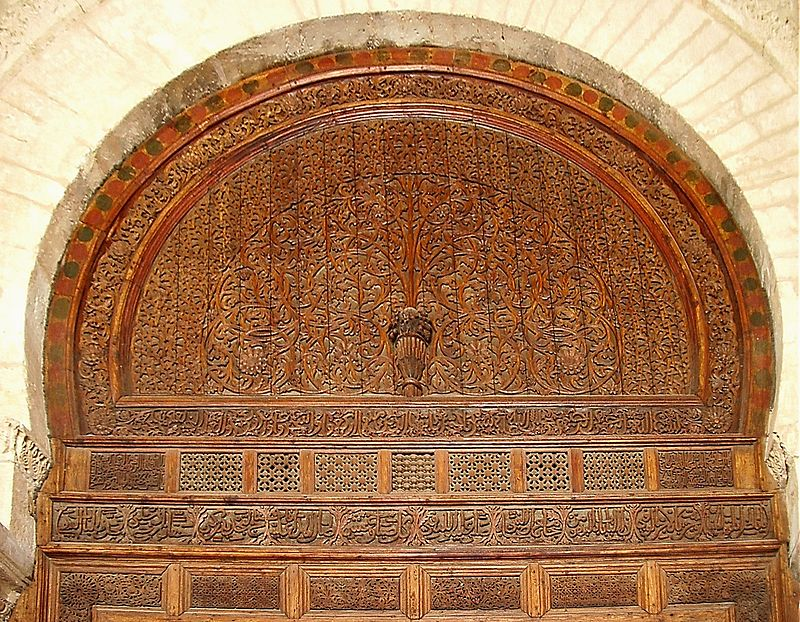 باب خشبي محفور في مسجد عقبة في القيروان- تونس.jpg